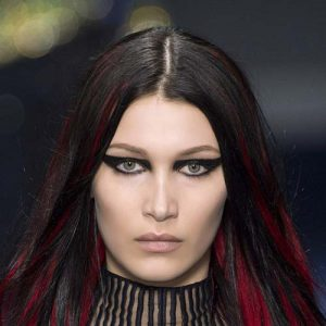 tendance-cofifure-meches-rouges-versace